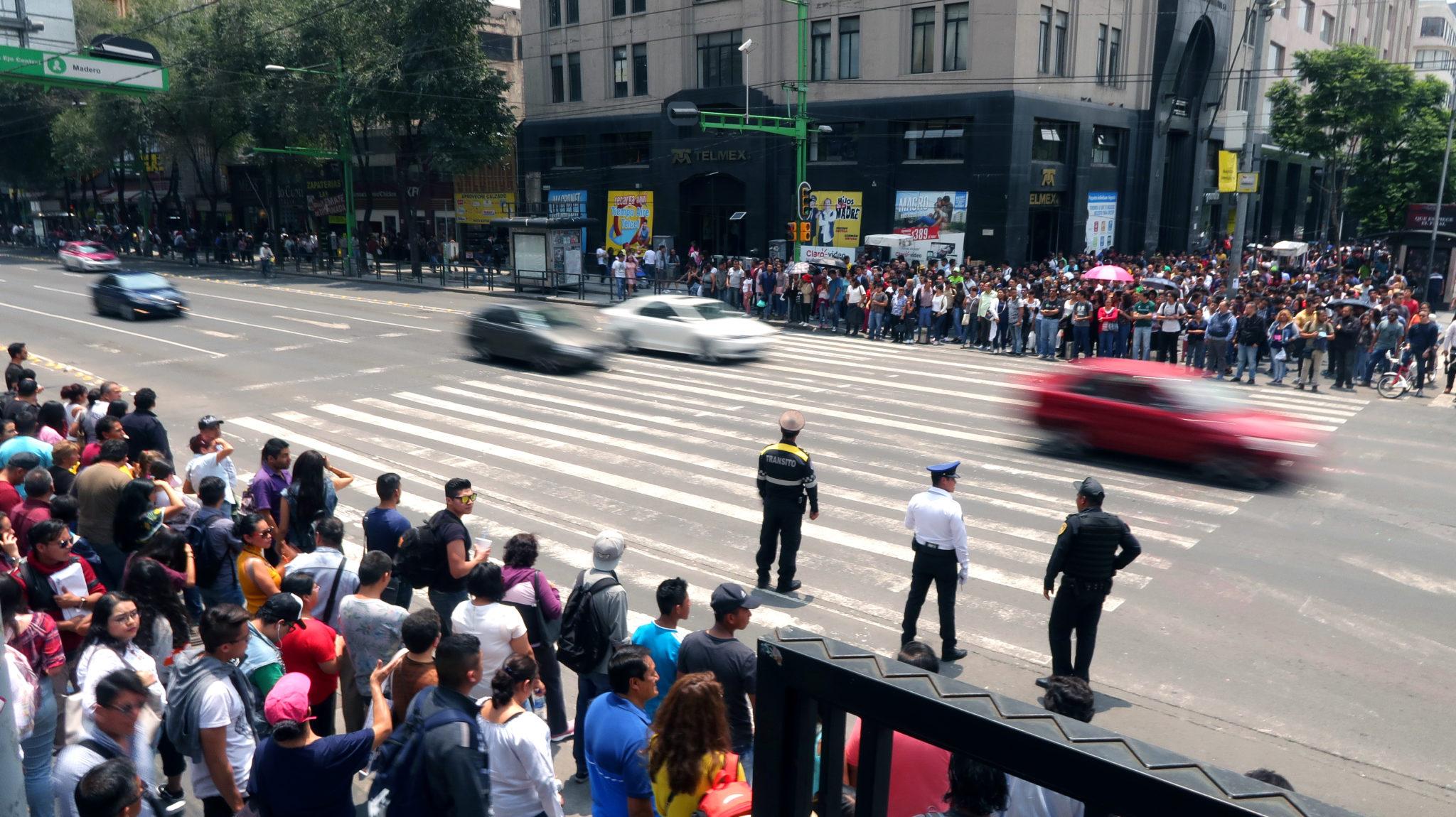 Peatones esperando a cruzar la calle, Ciudad de México.